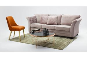 Różowa sofa trzyosobowa