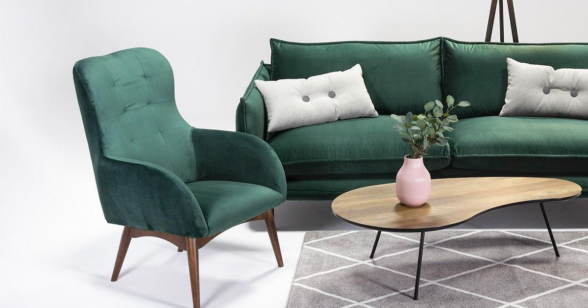 Welurowy fotel i sofa w kolorze butelkowej zieleni