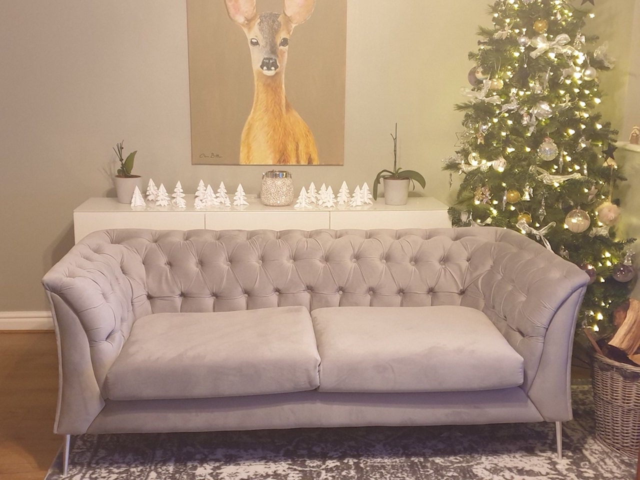 Szara sofa Chesterfield Modern na srebrnych nogach, aranżacja świąteczna