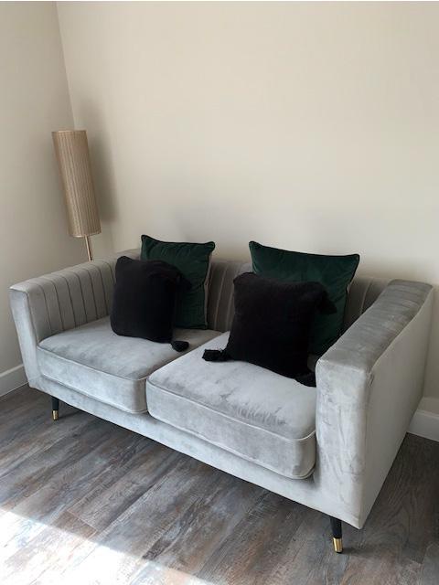 Szara sofa Slender w salonie Lauren Johnson