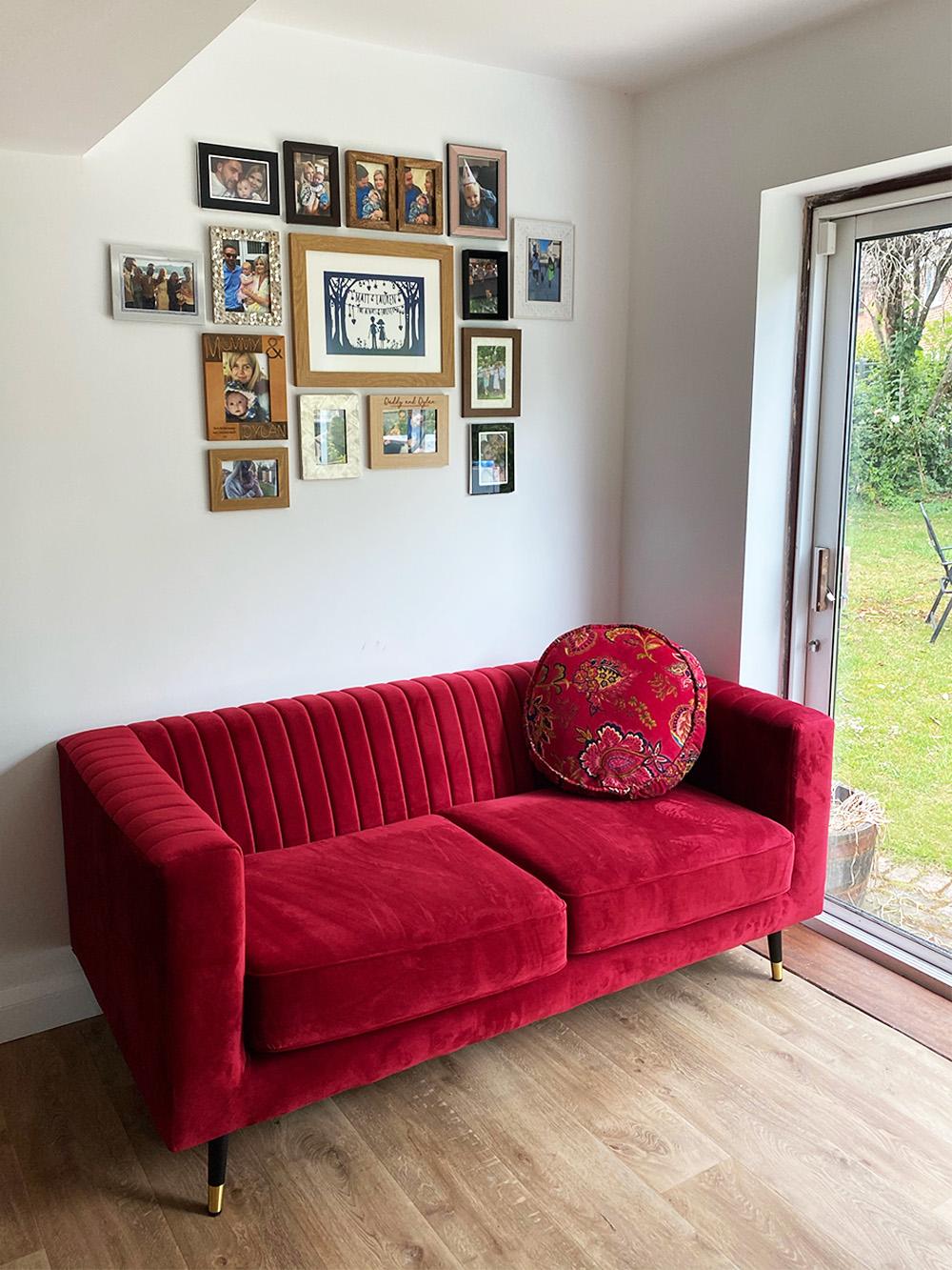 Czerwona sofa Slender w przytulnym mieszkaniu