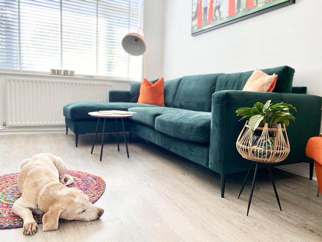 Narożnik Covex z kolorowymi akcentami w mieszkaniu