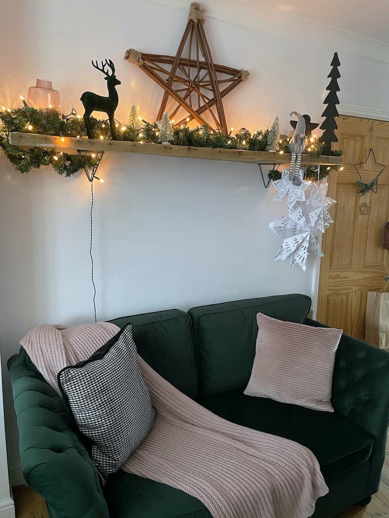 Ciemnozielone sofy z pikowaniem na bokach Gala w świątecznej aranżacji