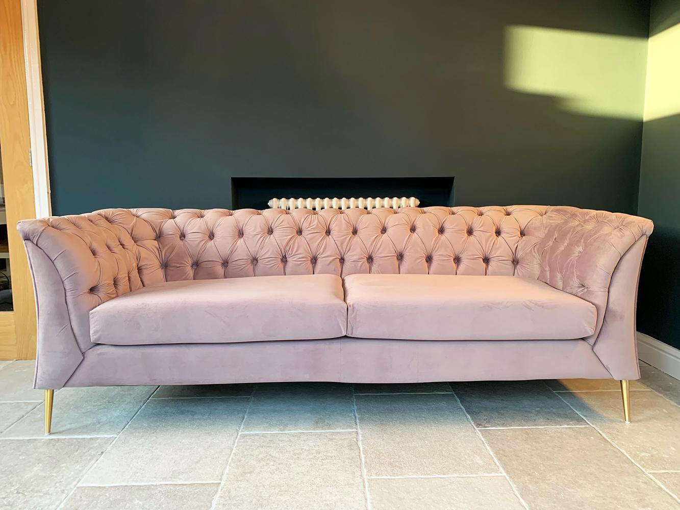 Liliowa sofa Chesterfield Modern, materiał welurowy, nogi złote