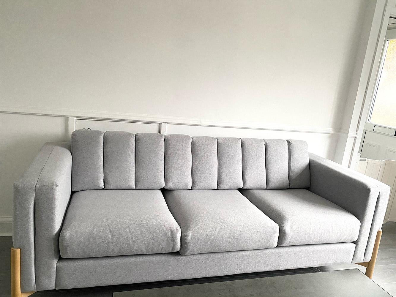Jasnoszara sofa skandynawska Cloud z drewnianymi nogami
