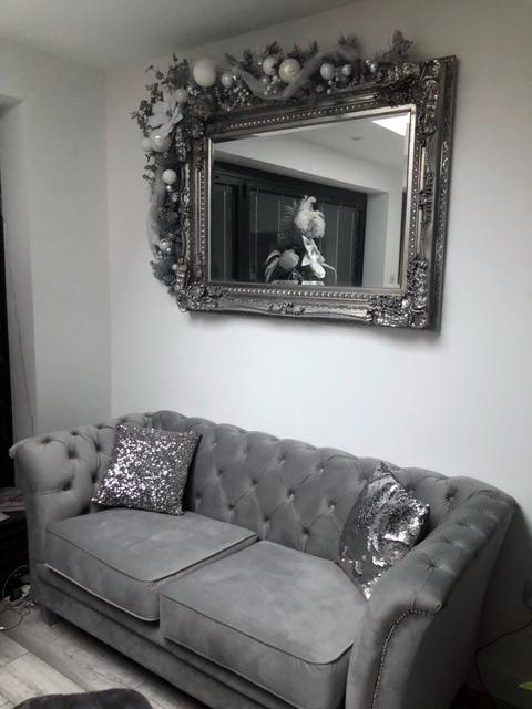 Sofa dwuosobowa Karin w kolorze srebrnym, materiał welurowy