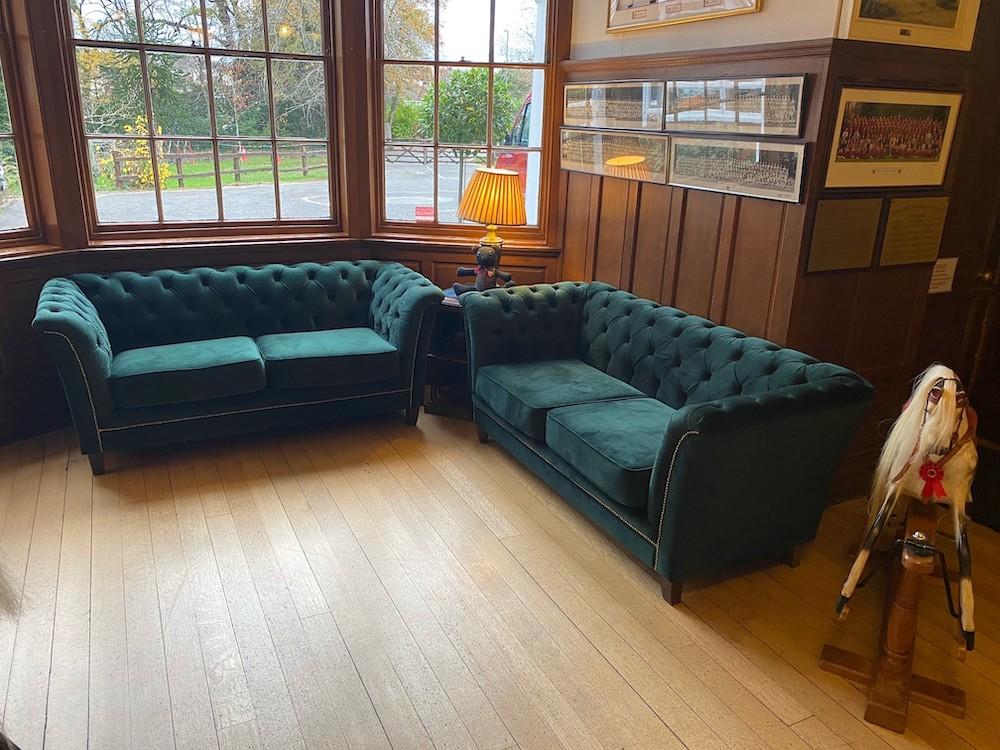 Ciemnozielone pikowane sofy Karin