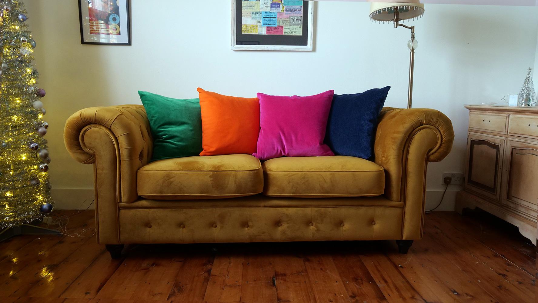 Sofa dla dwóch osób Chesterfield Max w kolorze musztardowym