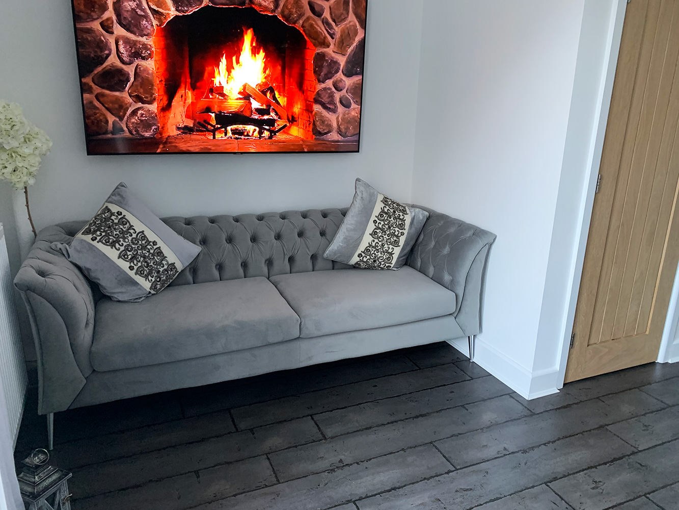 Szara sofa Chesterfield Modern na srebrnych nogach
