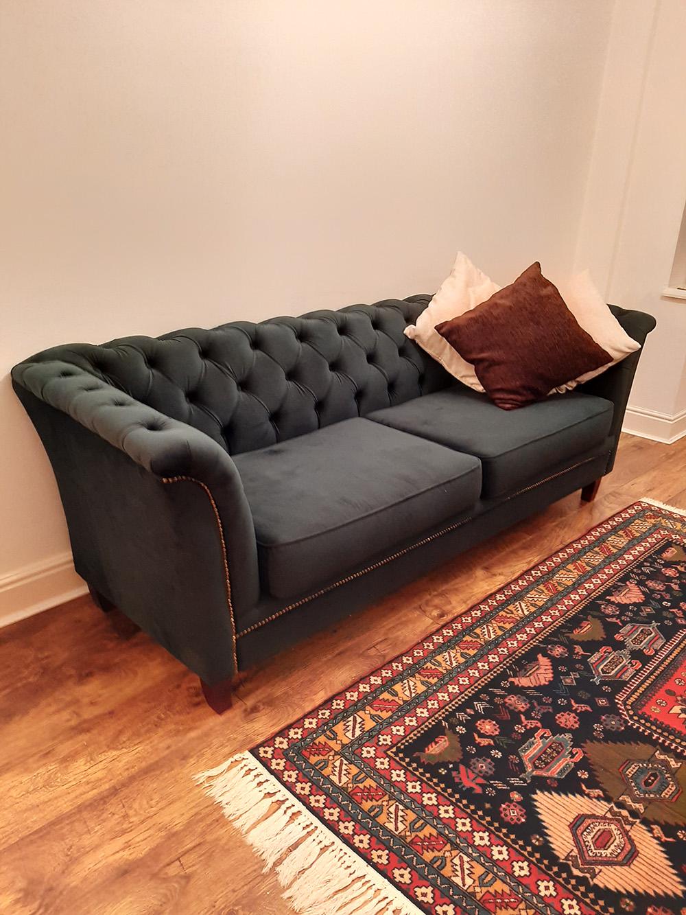 Welurowa sofa Karin ze złotymi elementami