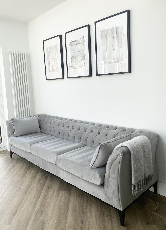 Szara sofa trzyosobowa Chesterfield Modern Wood na czarnych drewnianych nogach