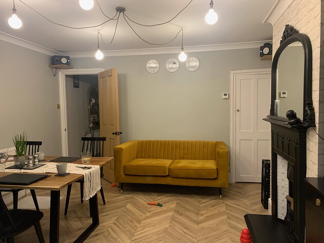 Slender w kolorze Musztardowym - sofa dwuosobowa z przeszyciami