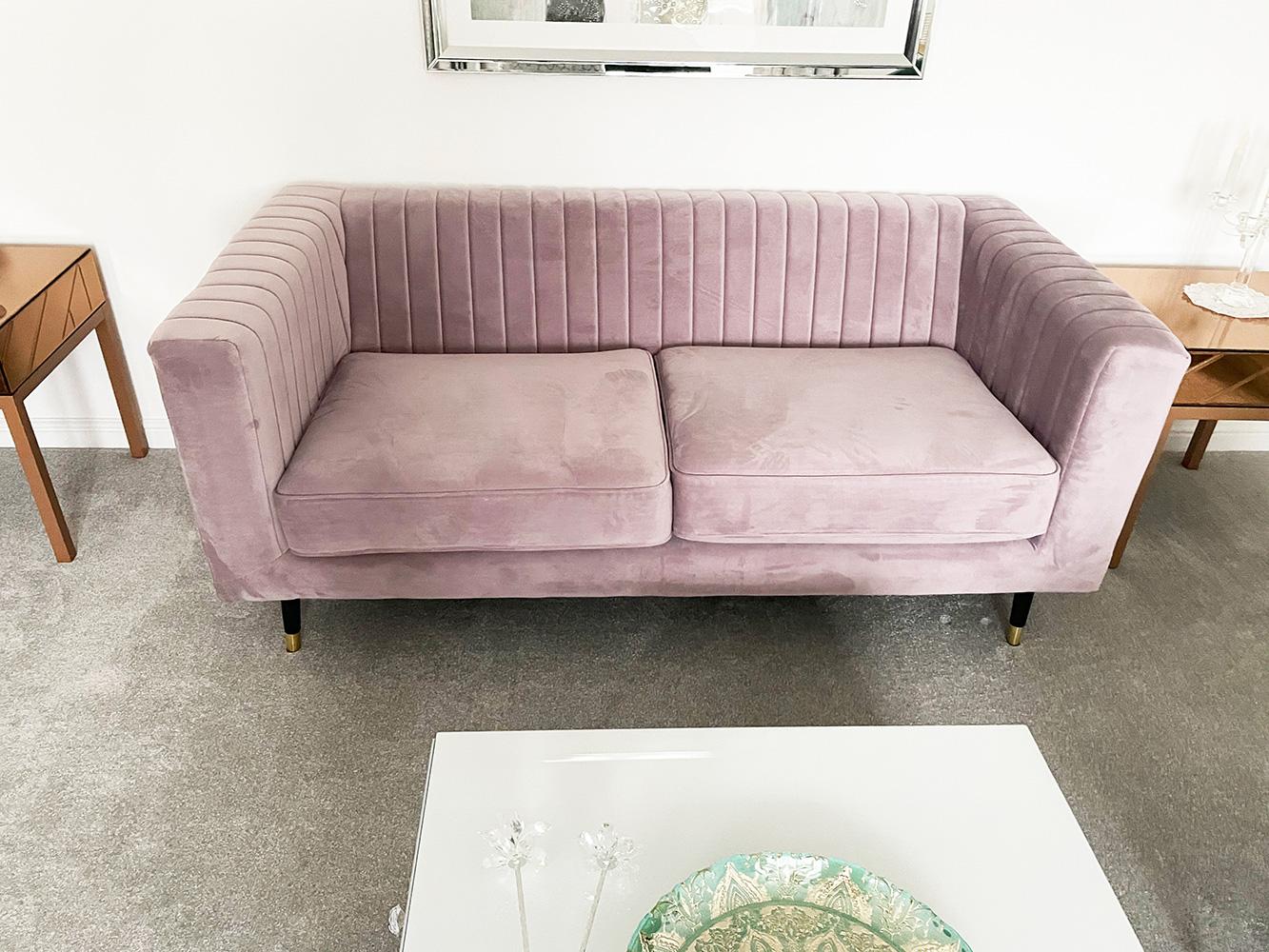 Sofa Slender w kolorze pudrowy róż w nowoczesnym salonie