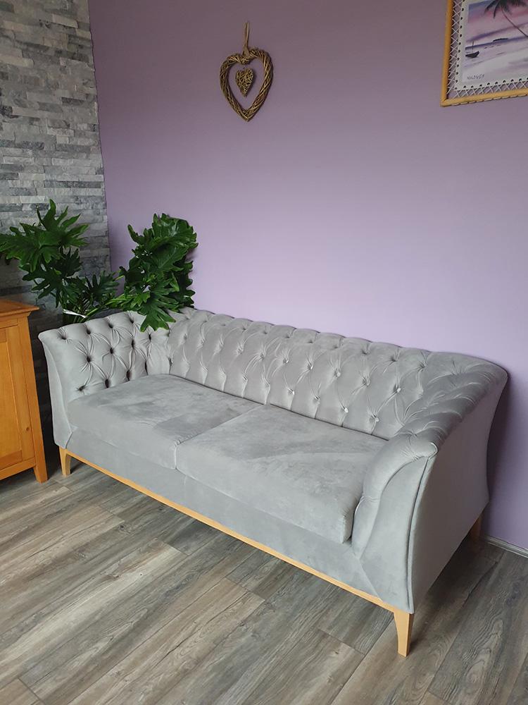 Szara sofa Chesterfield Modern Wood od Lidzia