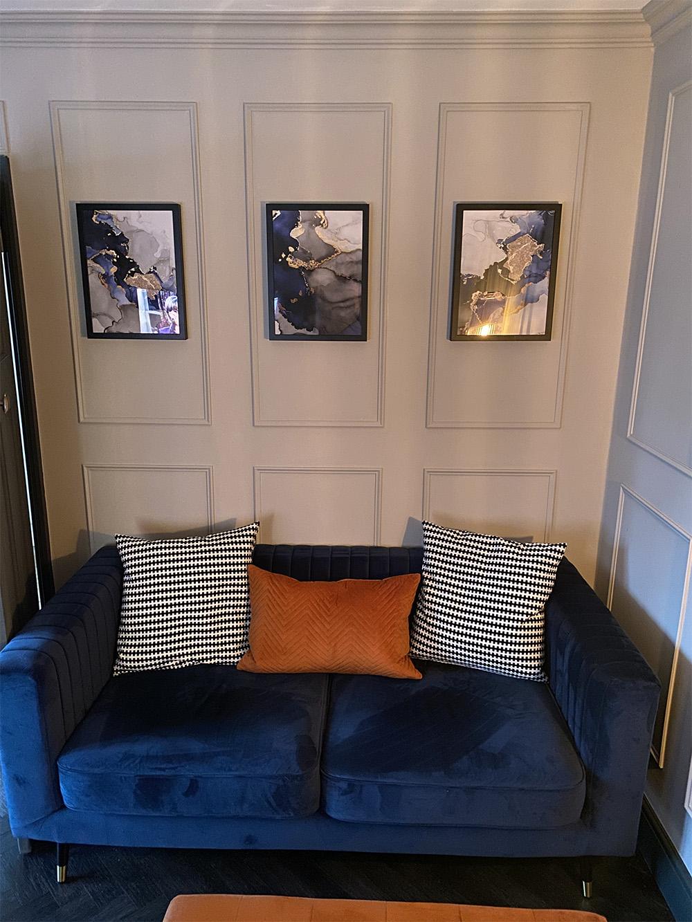 Granatowa sofa Slender od Daniela