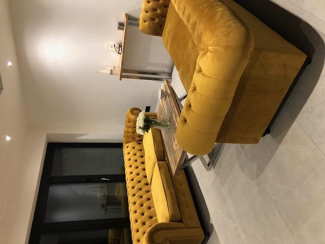 Żółte welurowe sofy Chesterfield Max