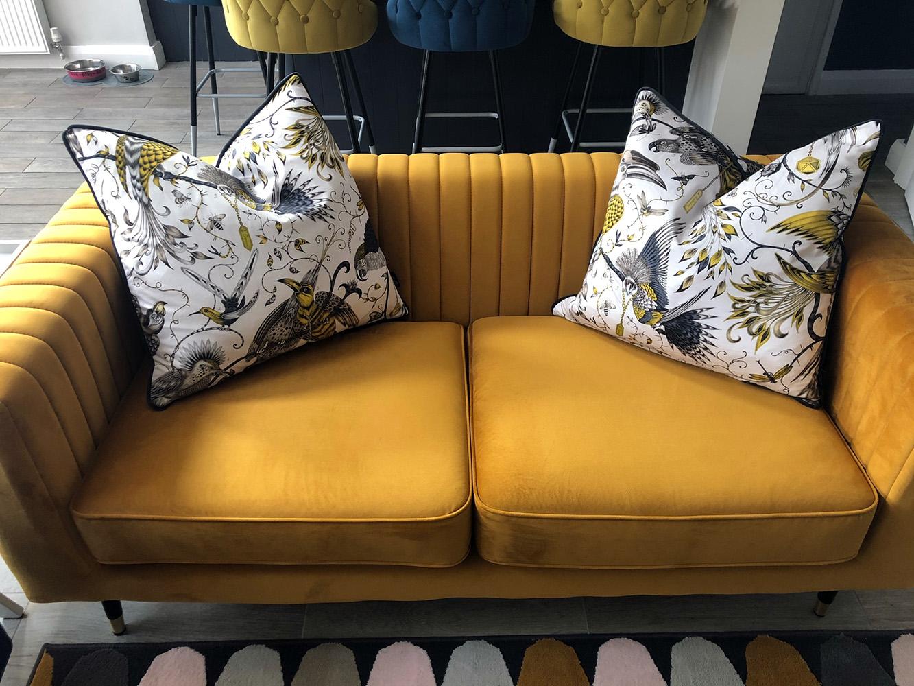 Granatowy fotel i żółta sofa Slender