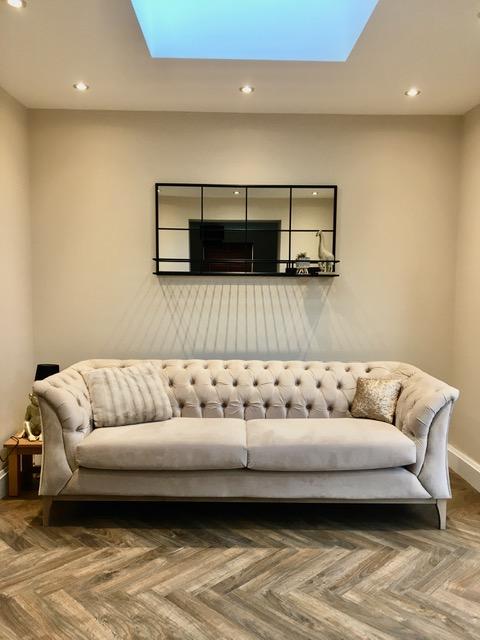 Beżowa sofa 2,5-osobowa Chesterfield Modern Wood od Alana