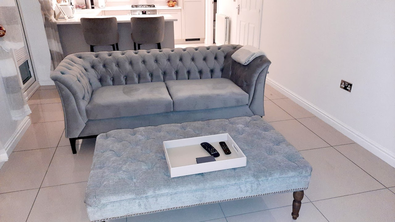 Sofa dwuosobowa Chesterfield Modern Wood od @hunt.homedecor