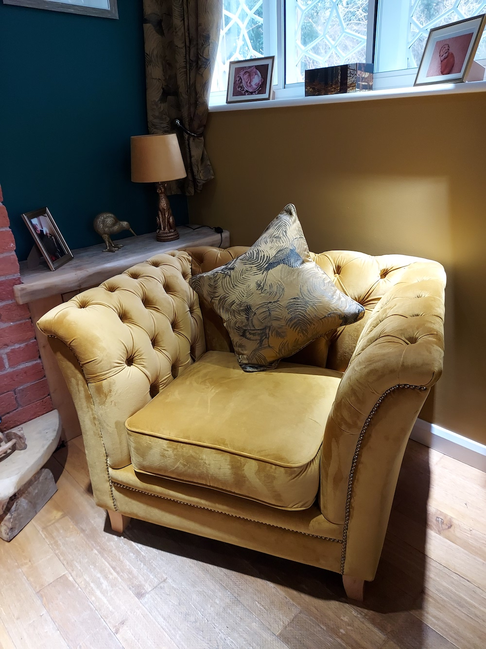 Żółty pikowany fotel retro Karin