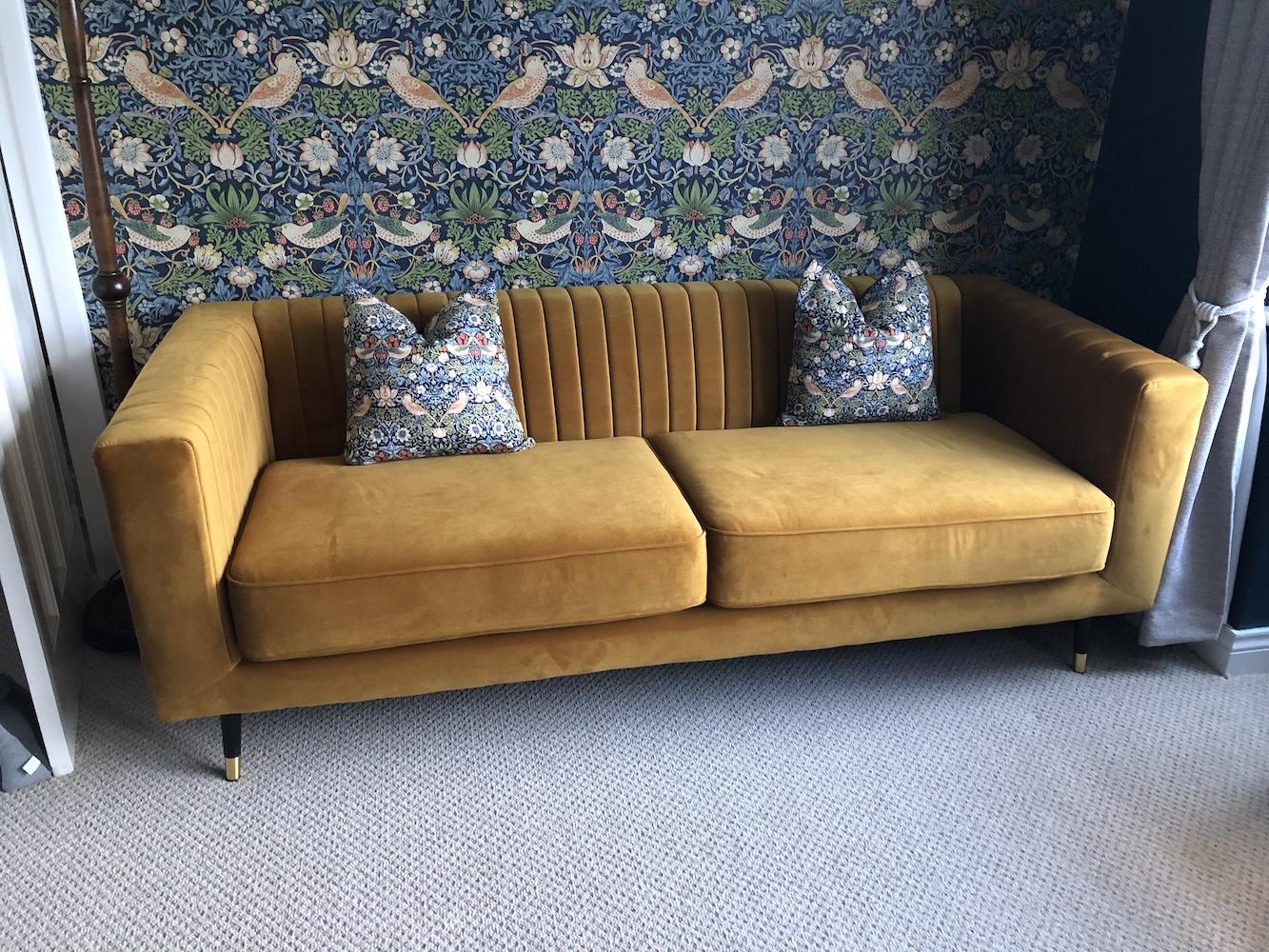 Musztardowa sofa Slender z przeszyciami na oparciu