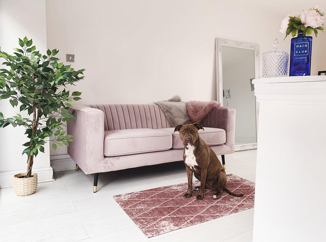 Różowa sofa Slender w przestronnym salonie