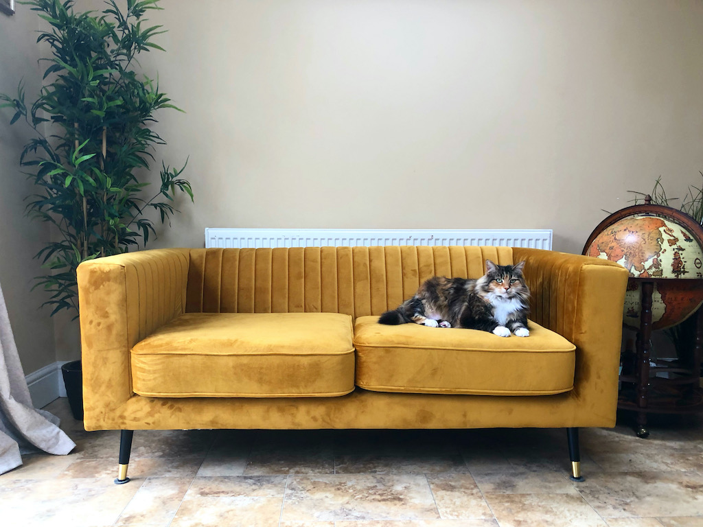 Musztardowa sofa Slender w beżowym wnętrzu