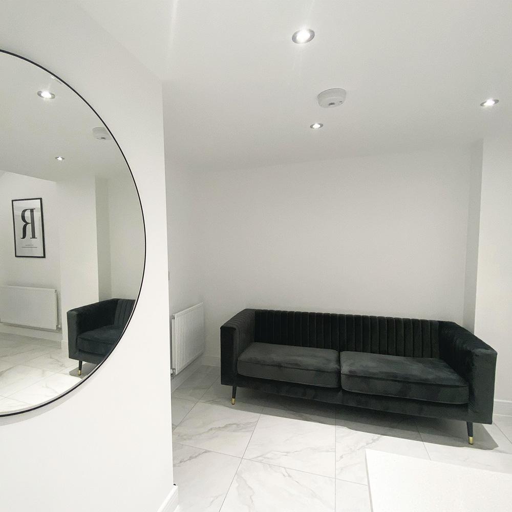 Szara sofa Slender w eleganckim minimalistycznym salonie
