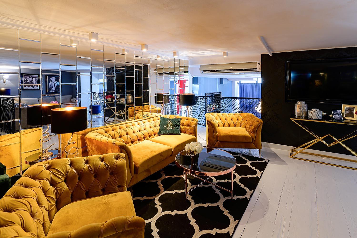 Żółta sofa i fotele Chesterfield Modern
