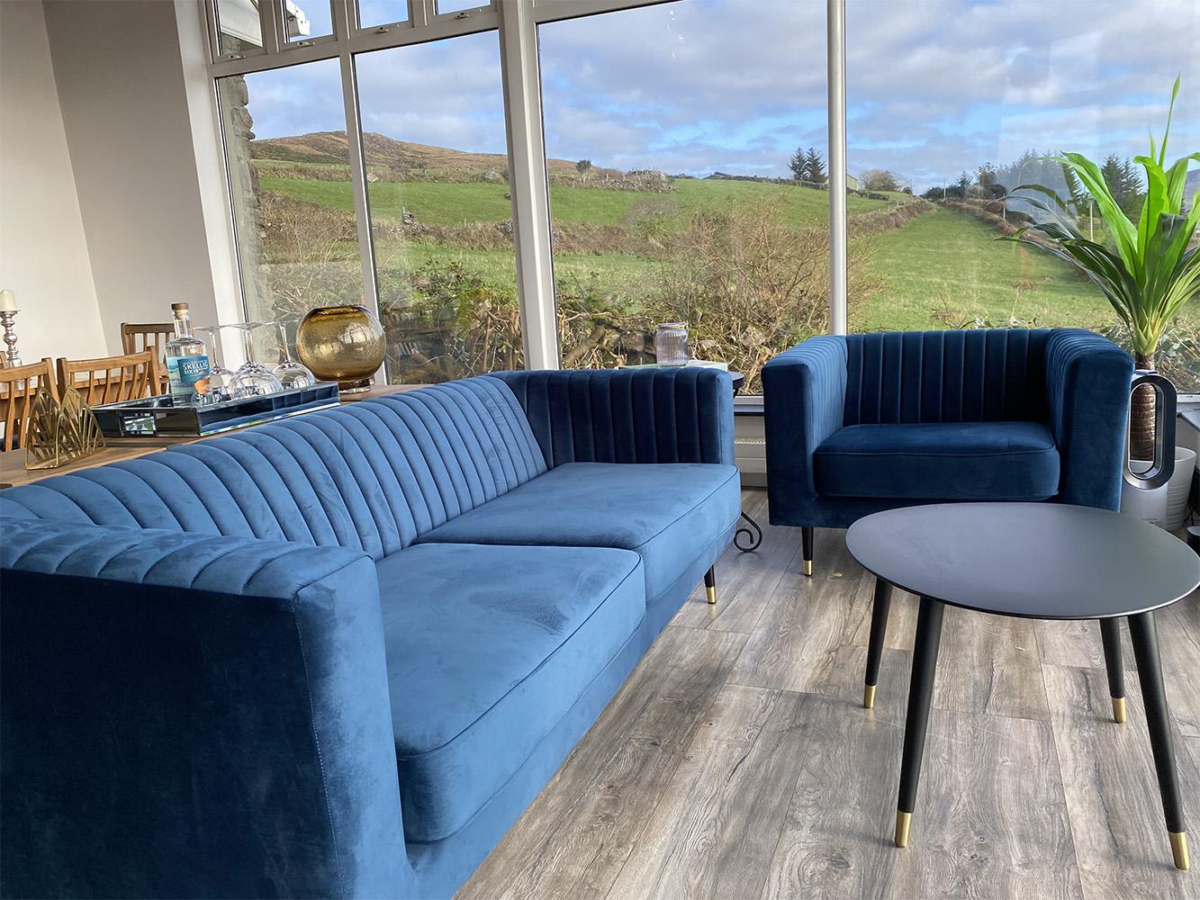 Granatowe sofy Slender w przestronnym salonie