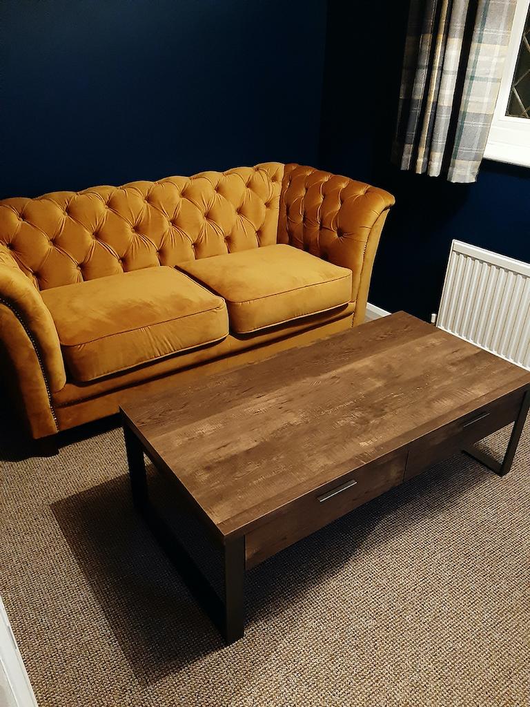 Żółta pikowana sofa Karin w modnej welurowej tkaninie