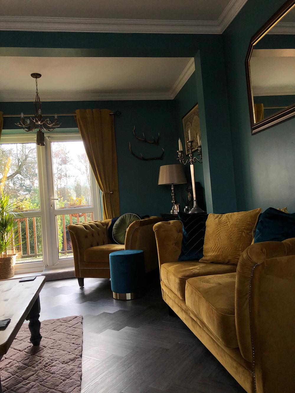 Żółta pikowana sofa i fotel Karin w klasycznym salonie