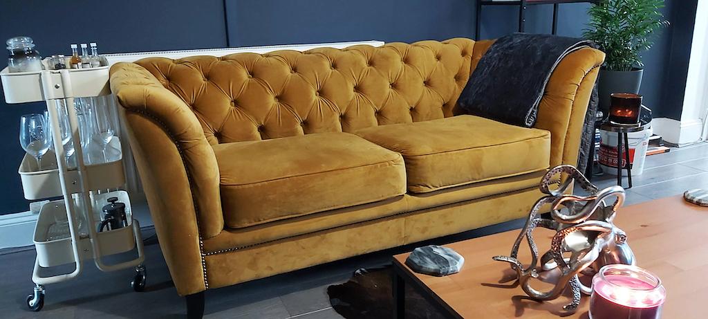 Karin - żółta sofa w stylu chesterfield na czarnych nogach