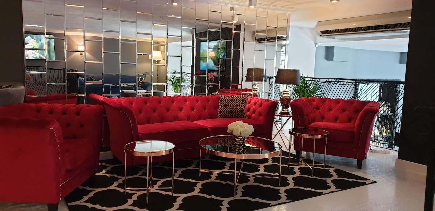Czerwona sofa i fotele w stylu Chesterfield
