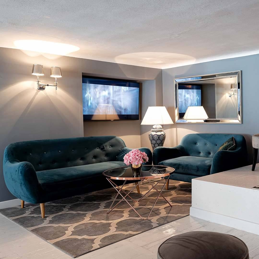 Granatowa sofa i fotel w stylu retro Neve
