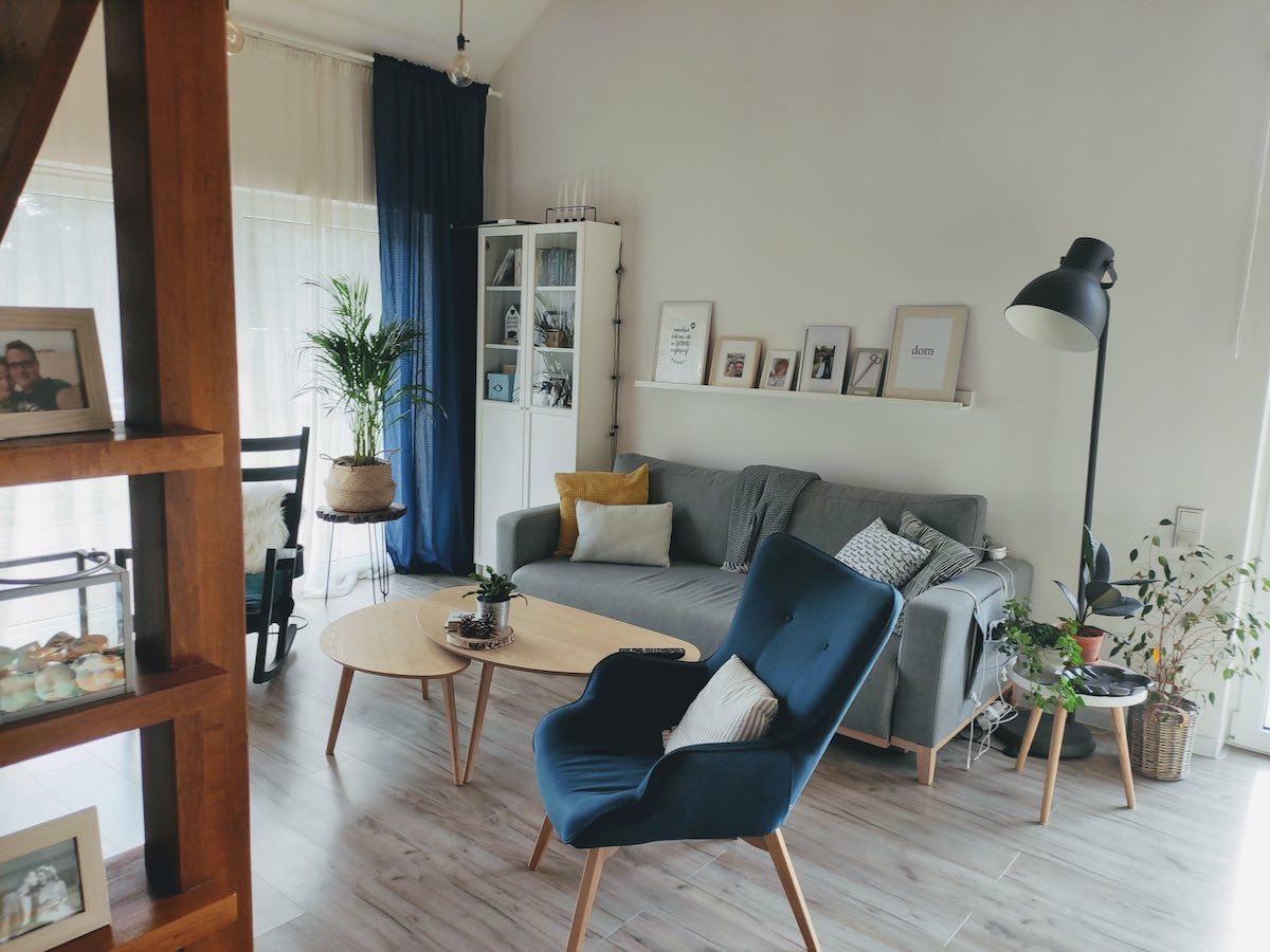Granatowy fotel uszak Ducon w salonie