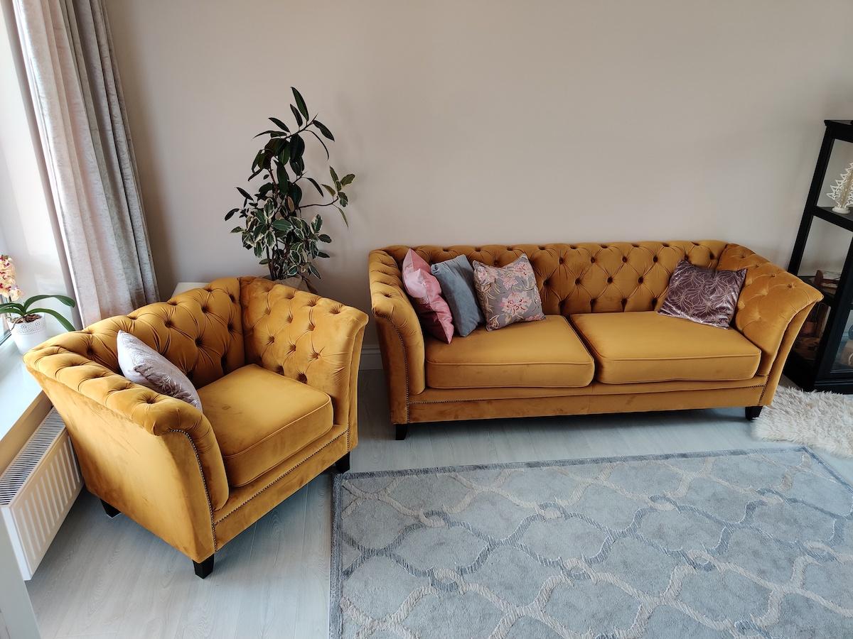 Żółta pikowana sofa i fotel Karin
