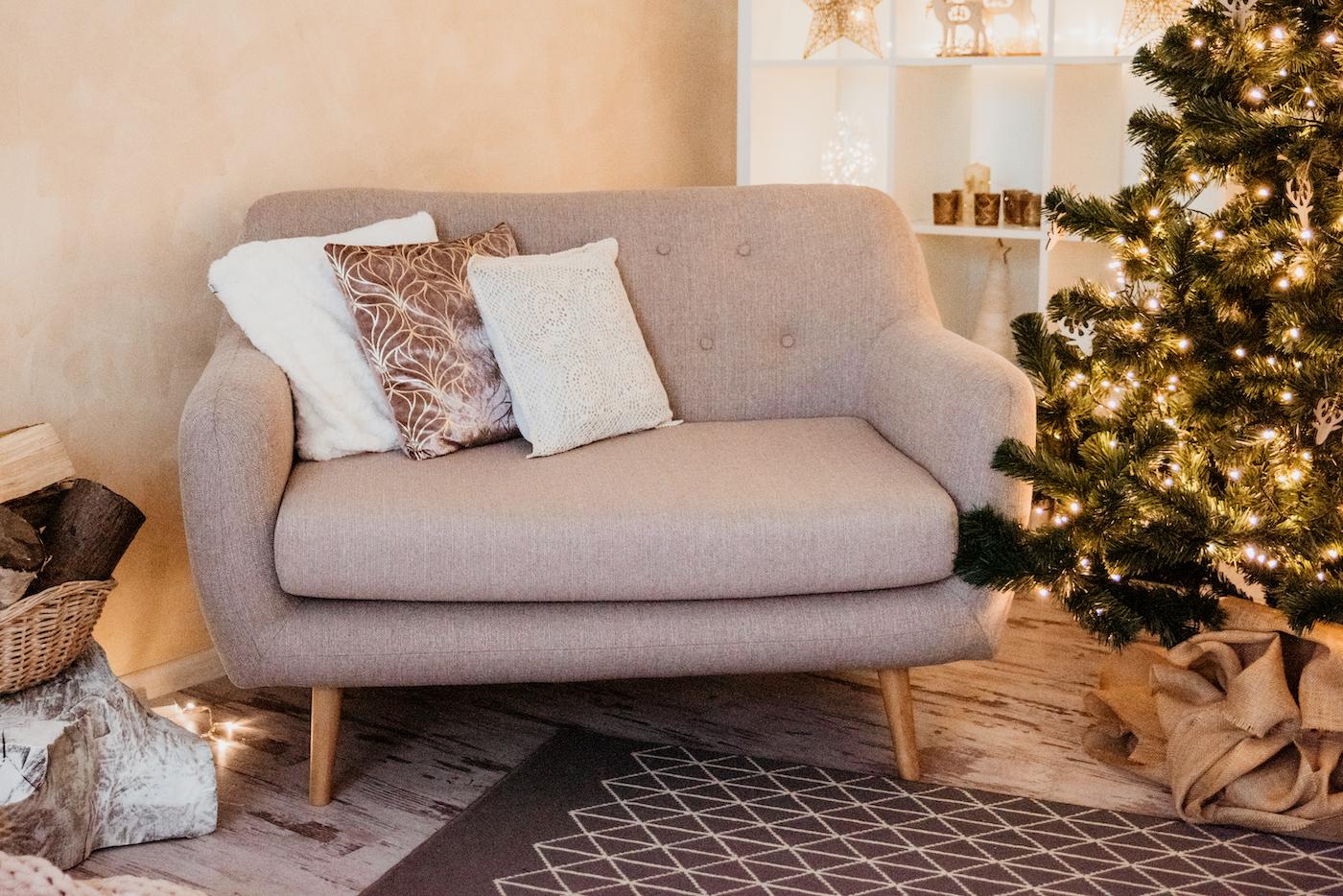 Szara sofa retro dla dwóch osób Revive