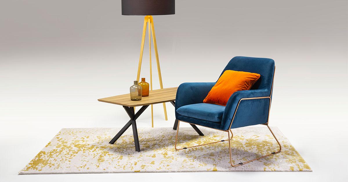 Granatowy fotel – niebanalne wyposażenie wnętrza